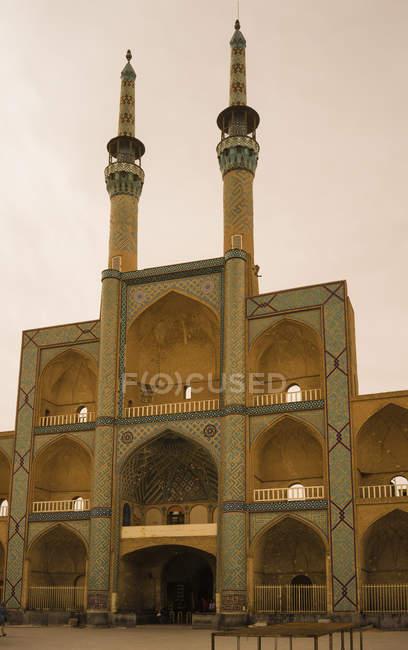 Иран, Йезд, вид Амир Чакмак мечеть на рассвете — стоковое фото
