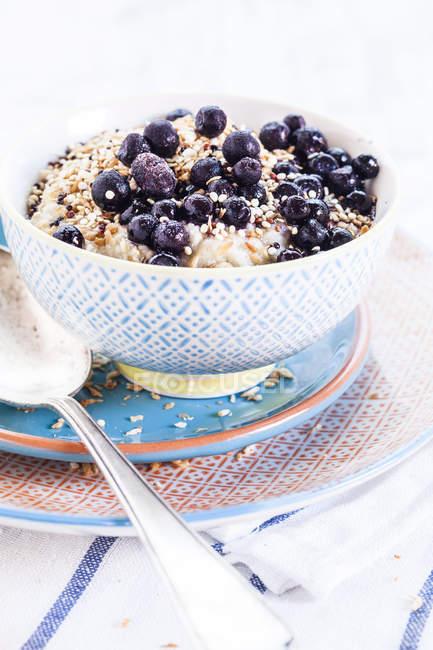 Vegan суперпродукт сніданок з каша, мигдальне молоко, чорниця і смаженого Лободи — стокове фото