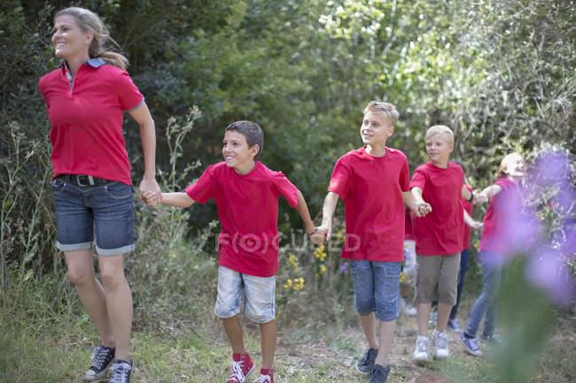 Дети и женщина исследуют природу в лесу — стоковое фото
