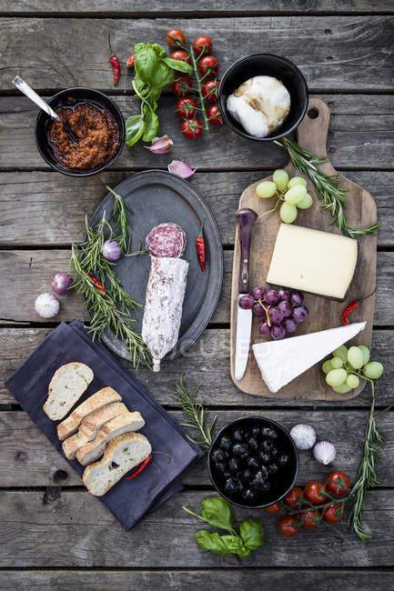 Различные итальянские закуски на деревянные поверхности — стоковое фото