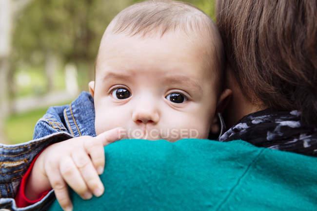 Bébé sur l'épaule de la mère — Photo de stock