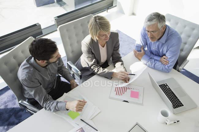 Pessoas de negócios, discutindo durante reunião no gabinete — Fotografia de Stock