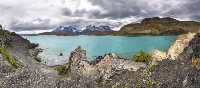 Chile, Cordilheira del Paine, vista para o lago Pehoe e Torres del Paine no fundo — Fotografia de Stock