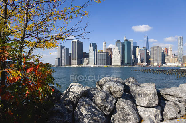 EUA, Nova York, arranha-céus de Lower Manhattan e East River vistos no outono do Brooklyn Bridge Park — Fotografia de Stock
