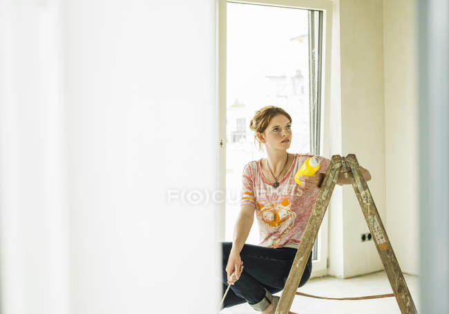 Young woman renovating in the flat — Stock Photo