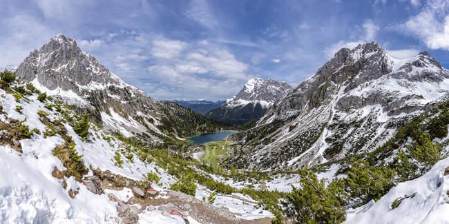 Austria, Tirol, vista al lago Seebensee con macizo Zugspitze de las montañas de Wetterstein, Plattspitzen, - foto de stock