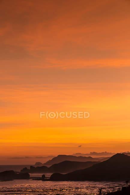 Indonésia, Bali, litoral da ilha de Lombok ao pôr do sol — Fotografia de Stock