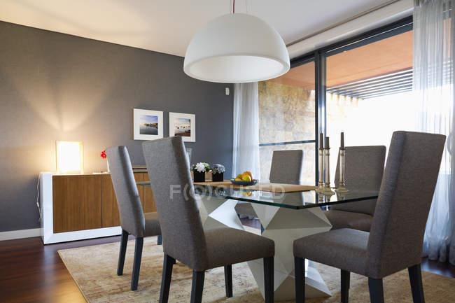Интерьер современной мебелью столовой — стоковое фото