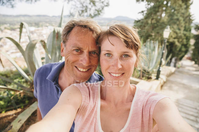 Spanien, Mallorca, Arta, Portrait eines Paares, das ein Selfie macht — Stockfoto