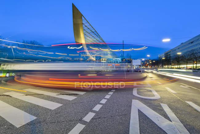 Deutschland, Hamburg, zentrale Busbahnhof in der Dämmerung, Bewegungsunschärfe — Stockfoto
