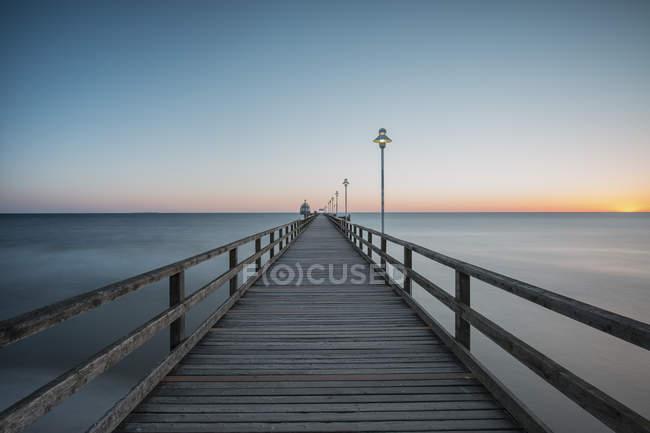 Alemania, Mecklemburgo-Pomerania Occidental, Mar Báltico, muelle de Zinnowitz al amanecer - foto de stock