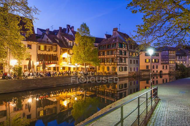 Francia, Alsazia, Strasburgo, La Petite France, a graticcio case, L'Ill fiume, ristorante — Foto stock