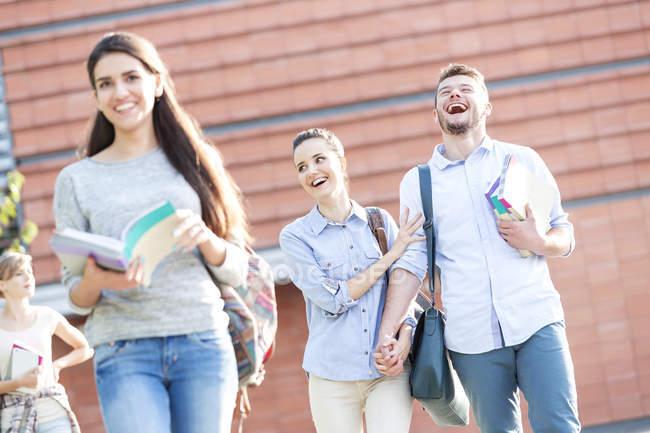 Gruppo di allievi felici insieme all'aperto — Foto stock