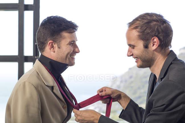 Пара геев готовится к работе — стоковое фото