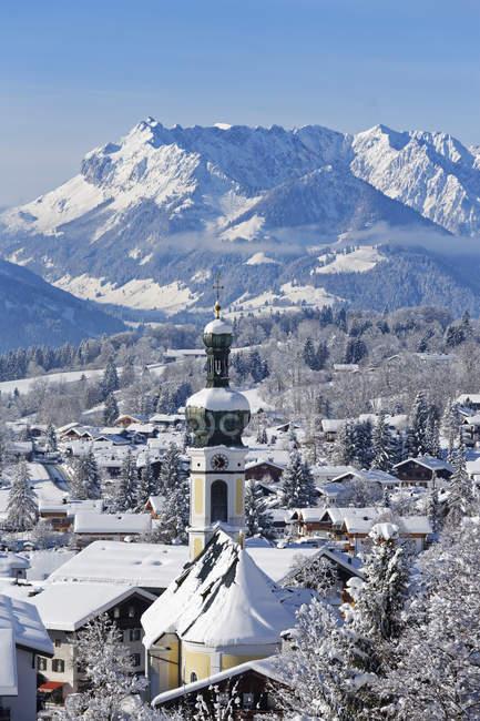 Germania, Baviera, Alta Baviera, Chiemgau, Vista su Reit im Winkl in inverno, montagne Kaiser sullo sfondo — Foto stock