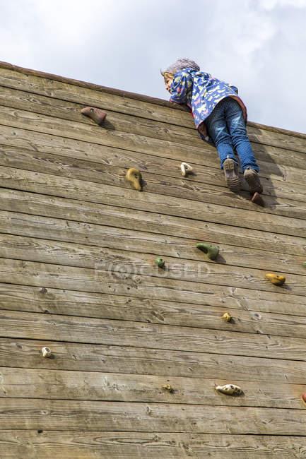 Дівчина рухається на скелелазіння стіна — стокове фото