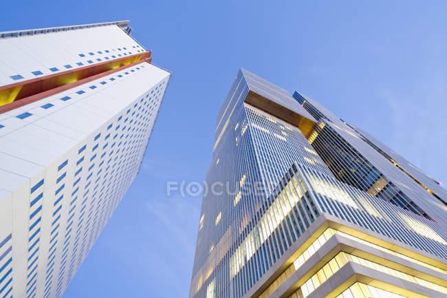 Нижній подання фасадів офісних будівель КПН вежі і де Роттердаму в коп Ван Зяуд, Роттердам, Голандія — стокове фото