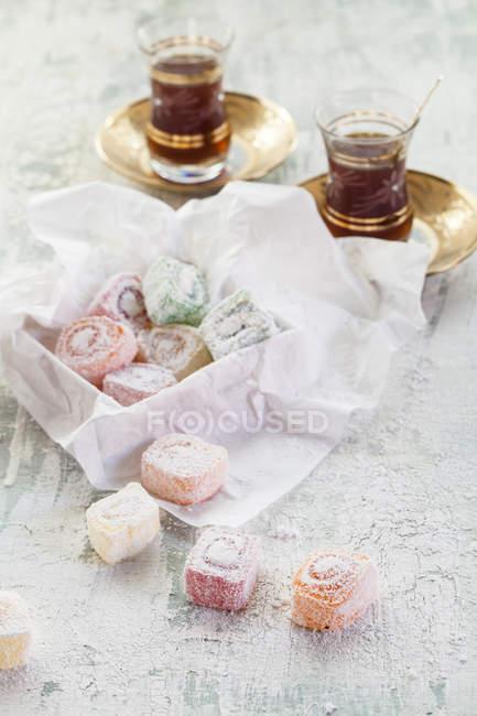 Dois copos de chá preto turco e doces — Fotografia de Stock