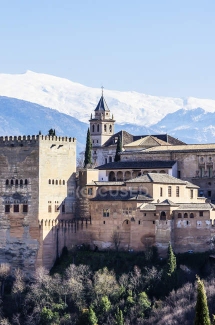 Vista del Palacio de la Alhambra en el día, Granada, Andalucía, España - foto de stock
