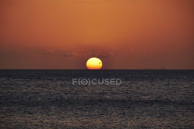 Caraïbes, Antilles néerlandaises, Bonaire, coucher de soleil sur l'océan — Photo de stock