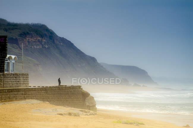 Portugal, Lourinhã, Praia da Areia Branca, praia, turista, de ponto de vista olhando para o oceano — Fotografia de Stock