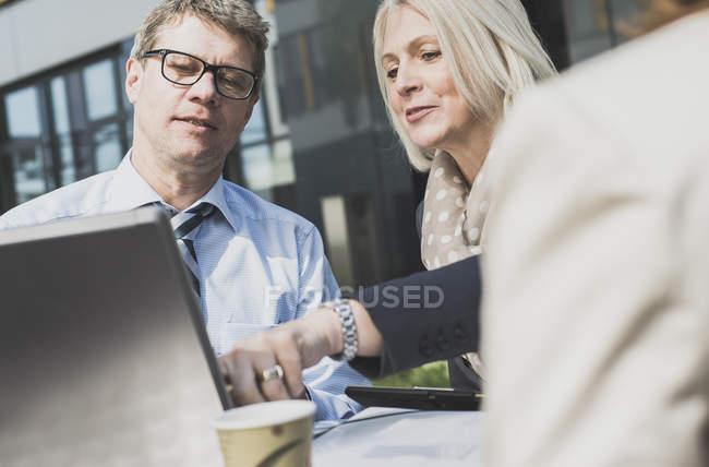 Caucasian businesspeople having meeting at caferteria — Stock Photo