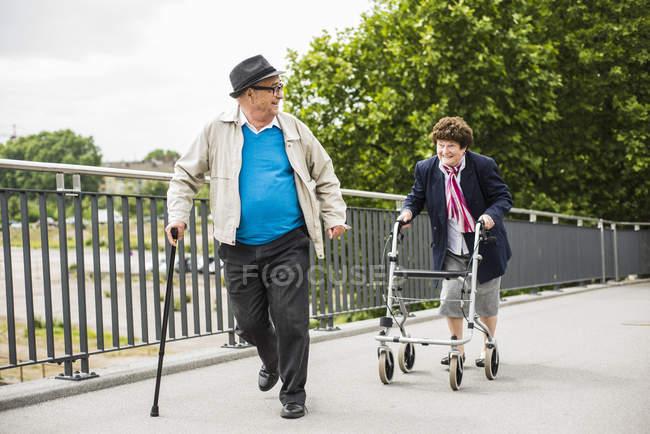 Coppia anziana a piedi sul ponte — Foto stock