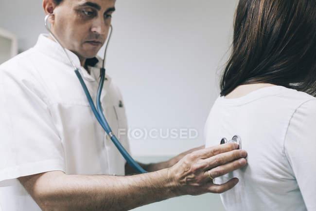 Arzt hört Patienten mit Stethoskop zu — Stockfoto