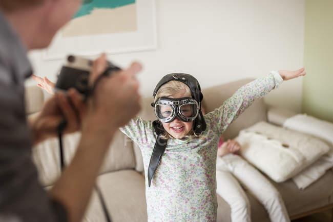 Photo prise père de la jeune fille fait semblant de voler — Photo de stock