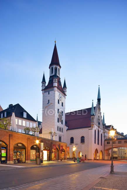 Deutschland, Bayern, München, Blick vom Viktualienmarkt zum alten Rathaus und Turm, Talburgtor am Abend — Stockfoto