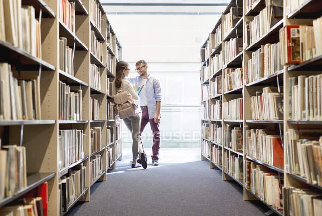 Deux étudiants d'apprentissage à la bibliothèque de l'Université — Photo de stock