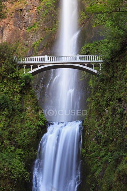 Columbia River Gorge, Multnomah County, Oregon, USA Brücke über Multnomah Falls — Stockfoto