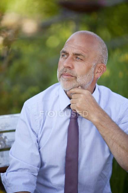 Porträt eines nachdenklichen Geschäftsmannes, der sich erholt — Stockfoto