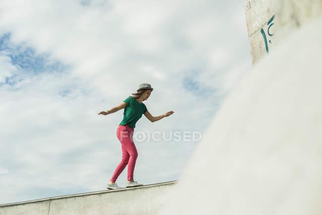 Frau balancieren auf Wand im skatepark — Stockfoto