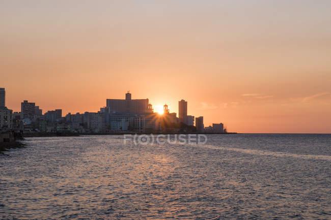 Куба, Гавана, заходящим за отель Насьональ де Куба — стоковое фото