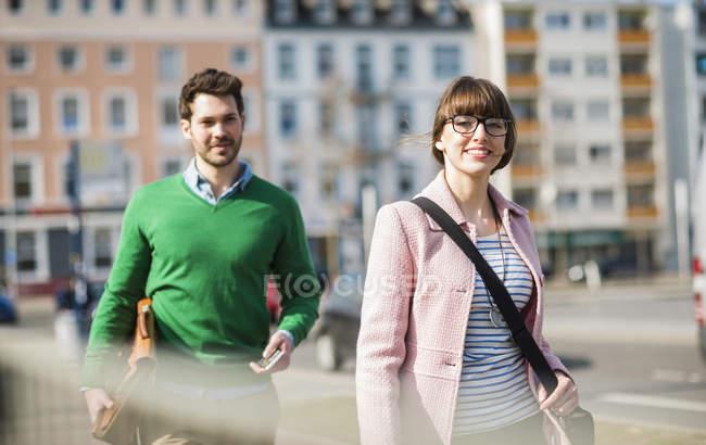 Молодая пара, идущая по улице — стоковое фото