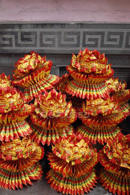 Flores de loto de papel en templo taoístico, Taiwán - foto de stock