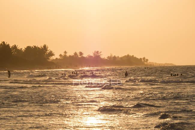 Куба, Гуанабо, люди, купание в Карибском море в дневное время — стоковое фото