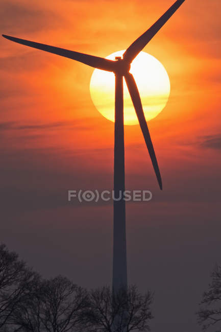 Evening sun and wind wheel, Bavaria, Germany — Stock Photo