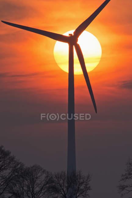 Evening sun and wind wheel, Bavaria, Germany — Stock Photo
