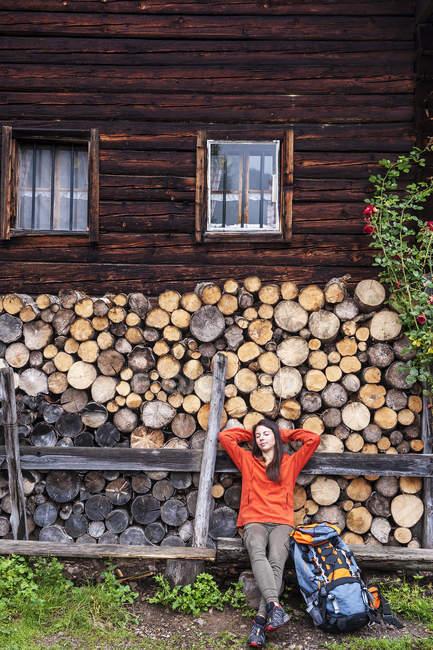 Молодих жінки мандрівного Австрії, Altenmarkt-Zauchensee, відпочиваючі перед Alpine кабіни — стокове фото