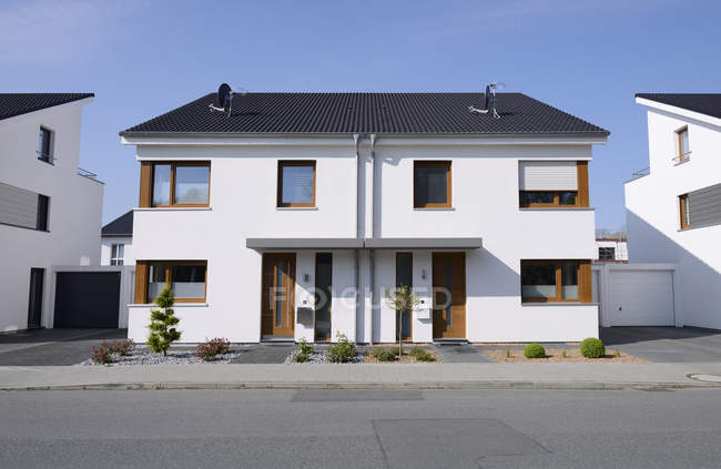 Germany, Moenchengladbach. Daytime front view of semidetached house — Stock Photo