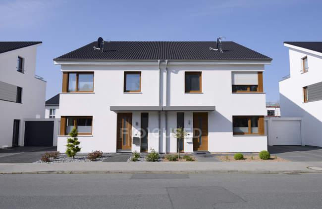 Deutschland, Mönchengladbach. Tagsüber Vorderansicht des Doppelhauses — Stockfoto