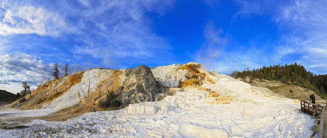 Соединенные Штаты Америки, Ylowstone National Park, Rock of geyser, Панорама — стоковое фото
