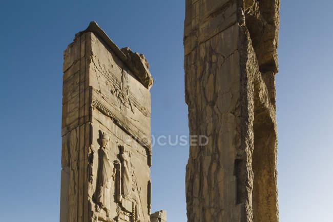 Irán, Persépolis, Palacio de Darío I durante el día - foto de stock