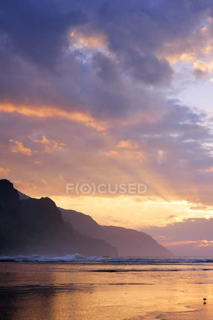 USA, Hawaii, Hanalei, Sunset at Kee Beach and view to Na Pali Coast — Stock Photo