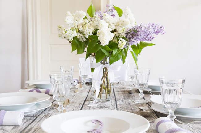 Tavola coricata decorata con lilla bianca e viola — Foto stock