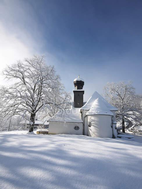 Германия, Кохель-ам-Зее, Заснеженная протестантская церковь — стоковое фото