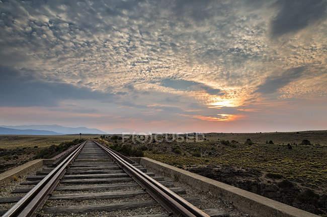 América del Sur, Argentina, Patagonia, Provincia Río Negro, cerca de Nirihuau, vía férrea al atardecer - foto de stock