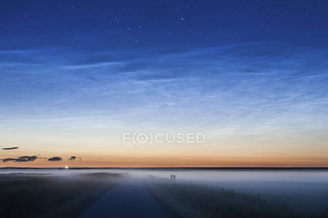 Германия, Северной Фрисландии, Вестерхефер, Луна подъем и наземное туман — стоковое фото